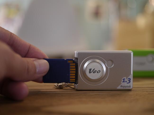 SDカードを入れる向きが違います。