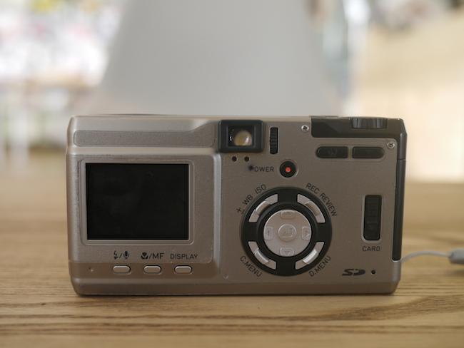 背面をチェックすると液晶モニターも小さいのでやっぱり古いデジカメだと感じます。