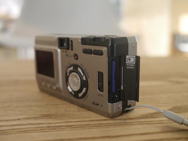 SDカードは背面のスイッチを下にスライドすると開くのでコチラに入れます。