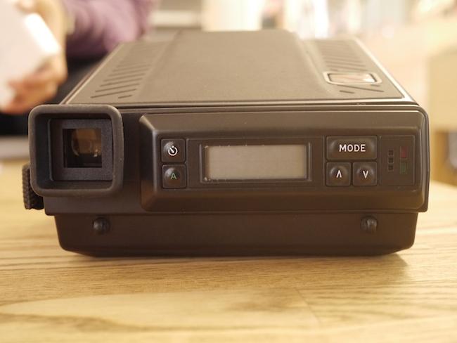 ポラロイドっぽくない操作ボタンや液晶画面