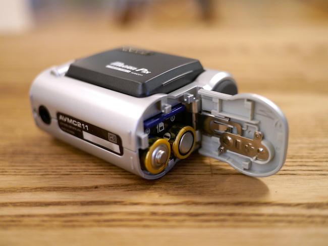 乾電池とSDカードを入れる場所