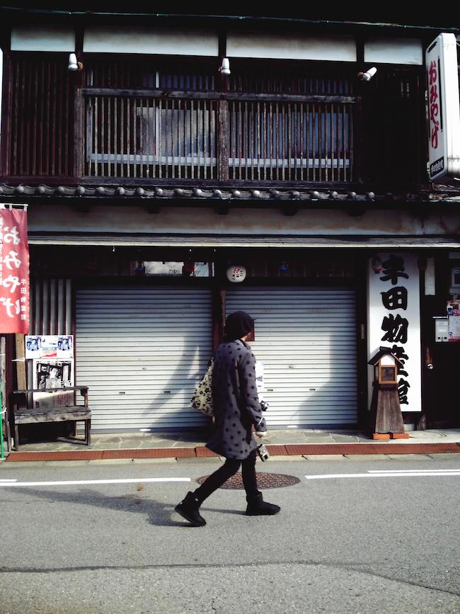 古い建物を見ながら歩くツマー:Xiaostyle TDG-501