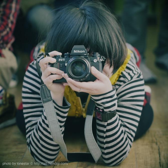 カメラ 構え方