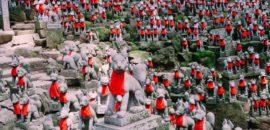 豊川稲荷「きつね塚」1000体以上あるキツネの石像が凄い!金運アップのパワースポットとしても有名です。