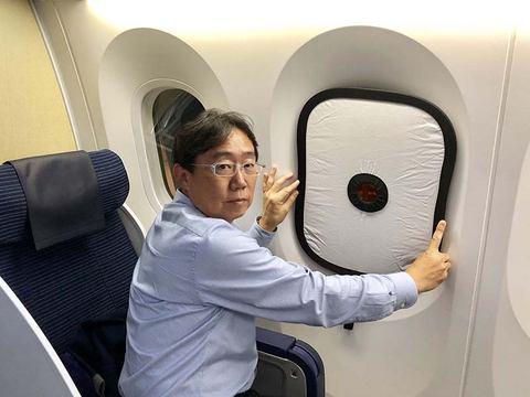 飛行機 窓 写り込み